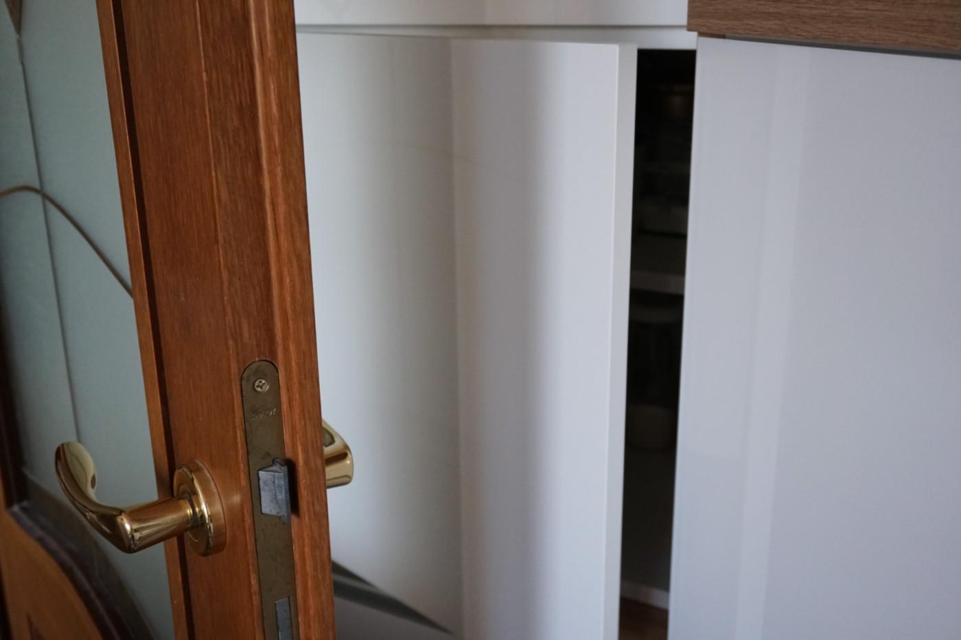 szafka za drzwiami