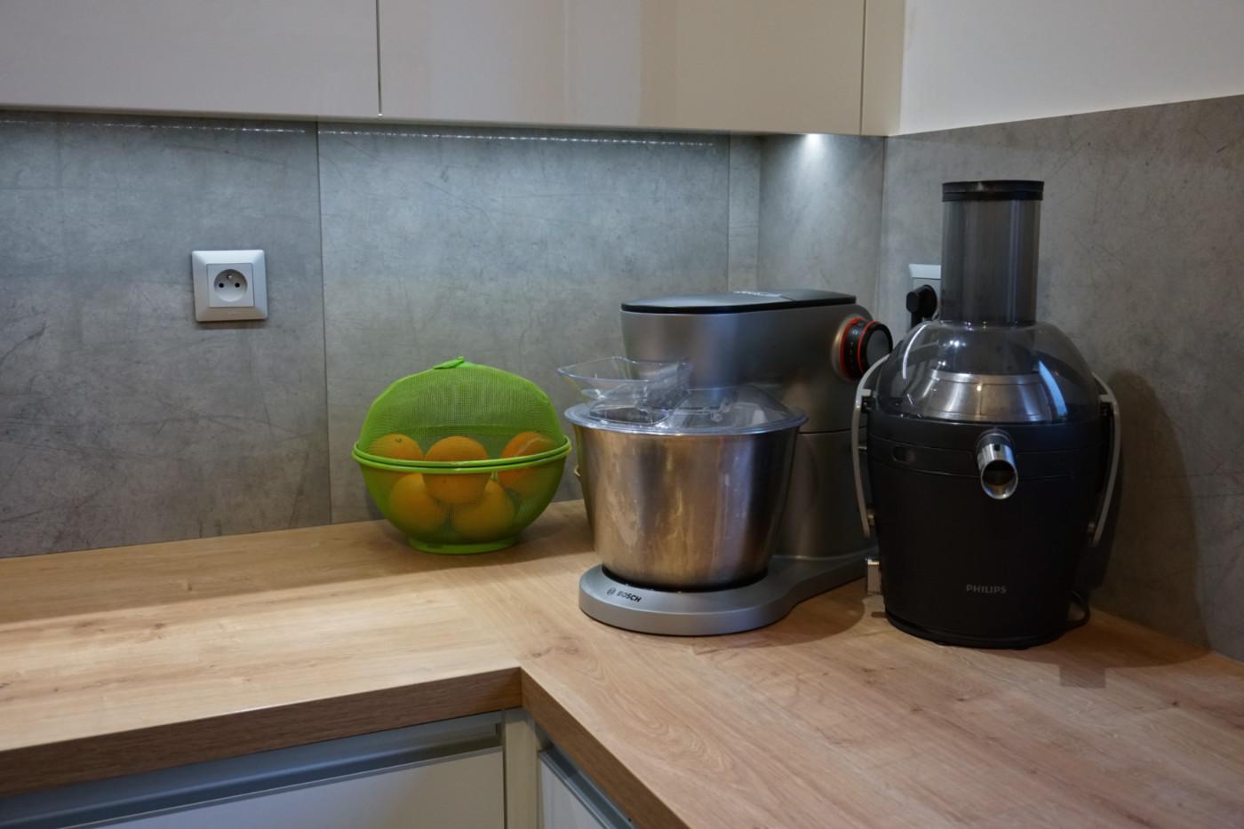 robot kuchenny pod szafkami