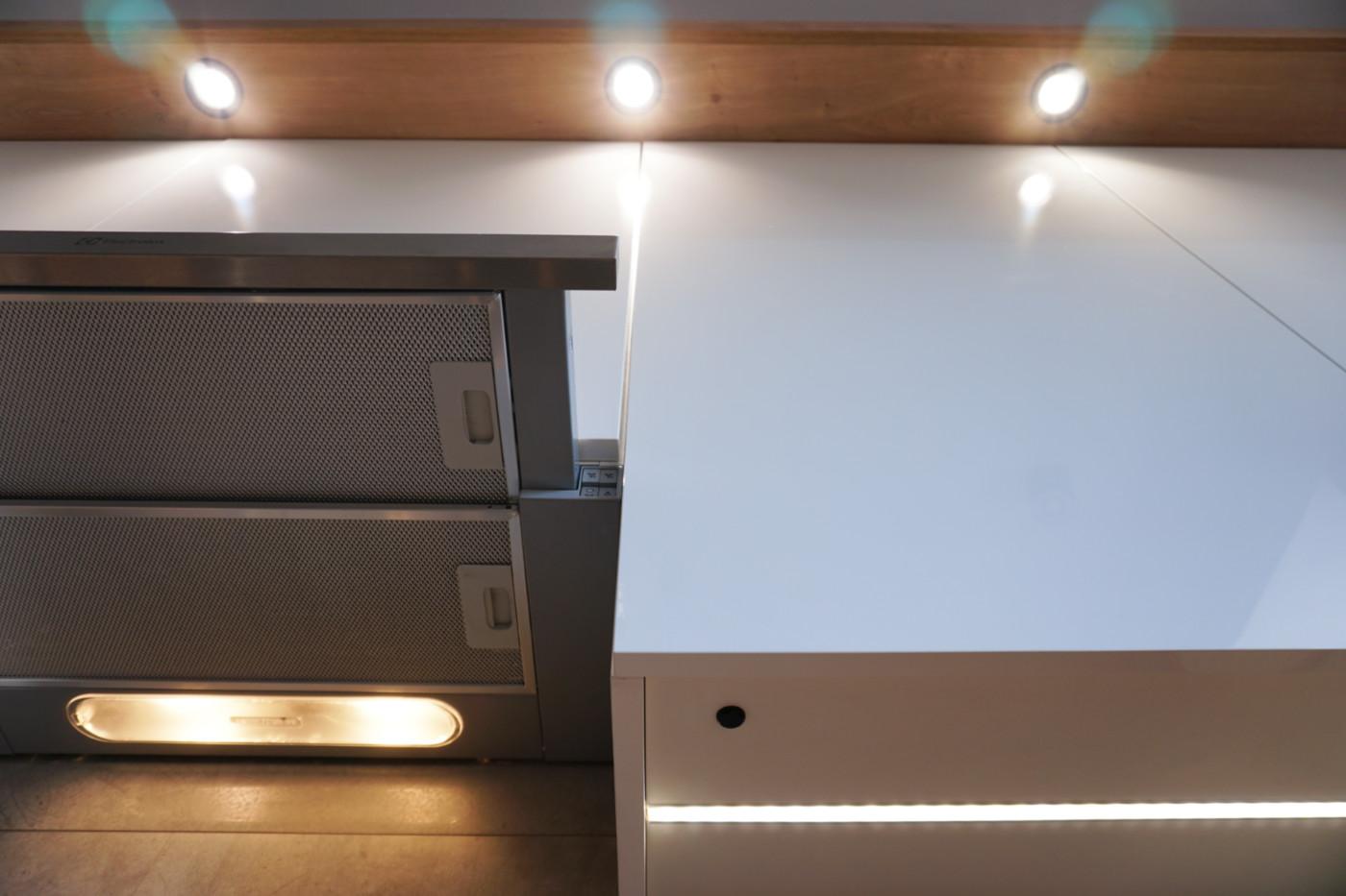 oświetlenie nad szafkami